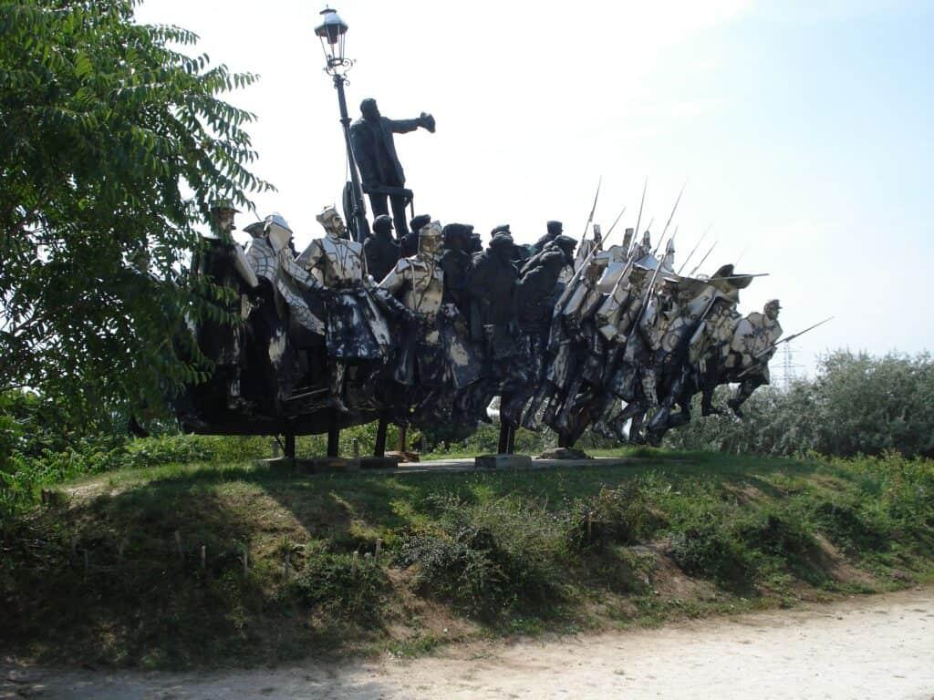 Billede af soldater i krig fra Memento Park med kommunistiske symboler og helteskikkelser Budapest