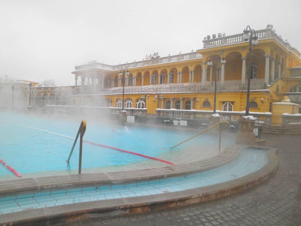 Udendørs termisk bad med damp i Budapest