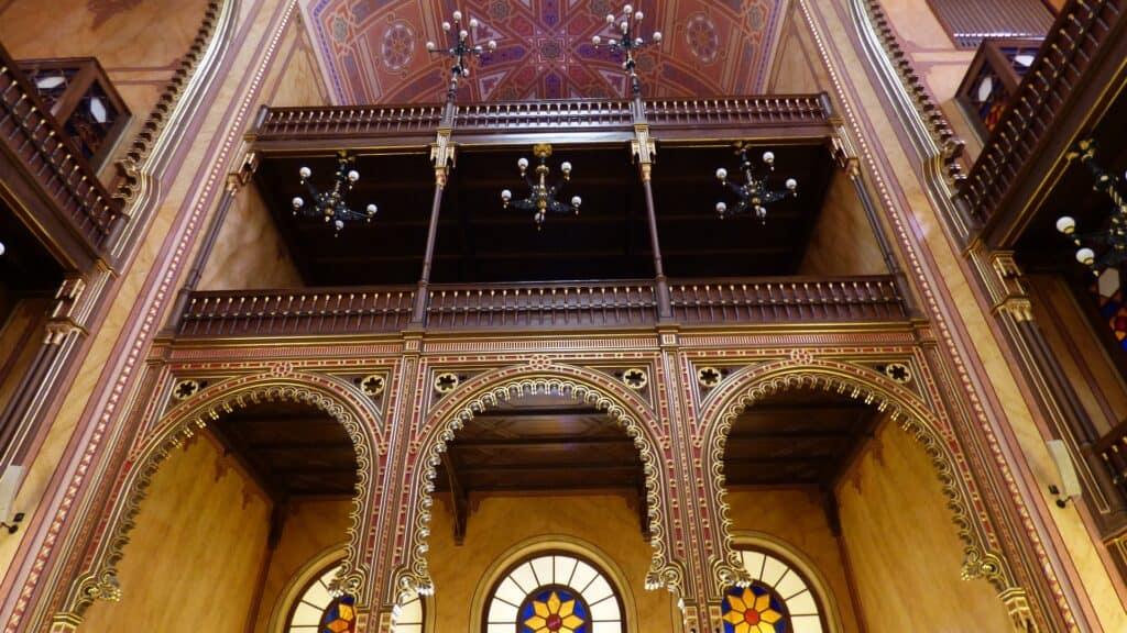 indendørs billede fra den jødiske synagoge i budapest ungarn