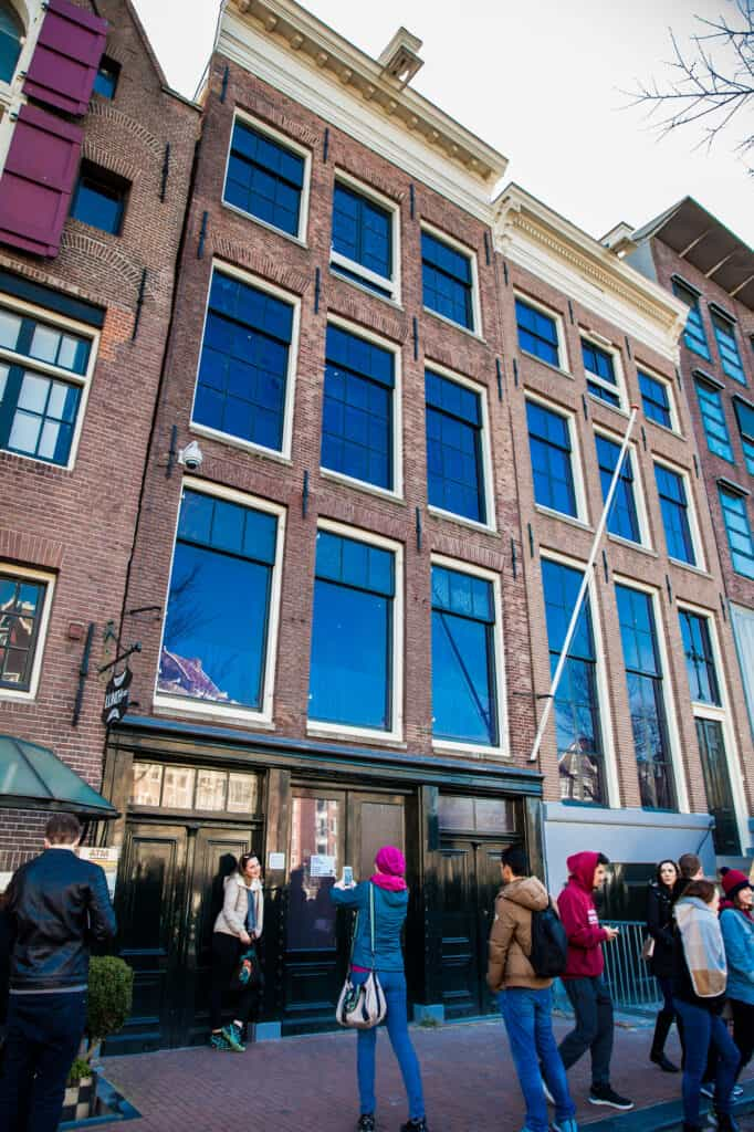 anne franks hus turister tager billeder foran hoveddøren amsterdam