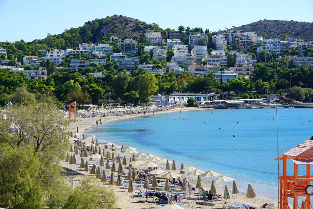 astir stranden i byen vouliagmeni uden for athen