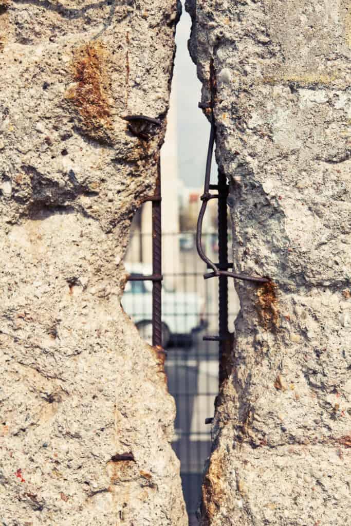 berlinmuren i berlin tyskland med hul man kan se igennem