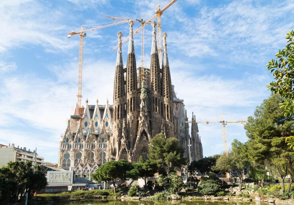 billede af byggeriet ved sagrada familia i barcelona som viser hvor stort det er