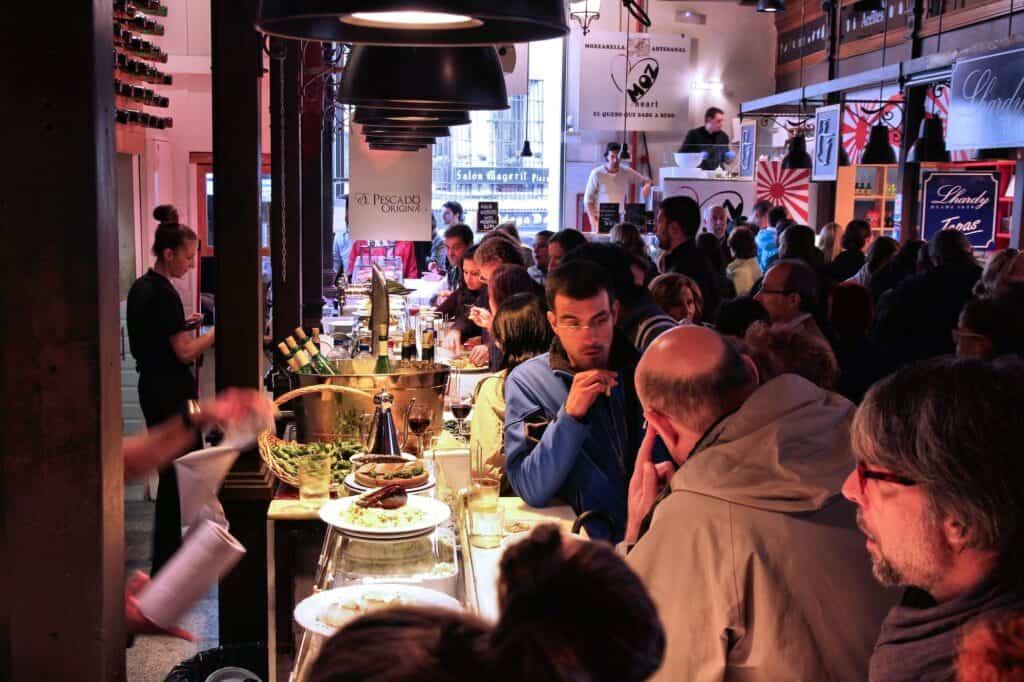 billede af er virkelig fyldt mercado san miguel i madrid mange kommer for at spise