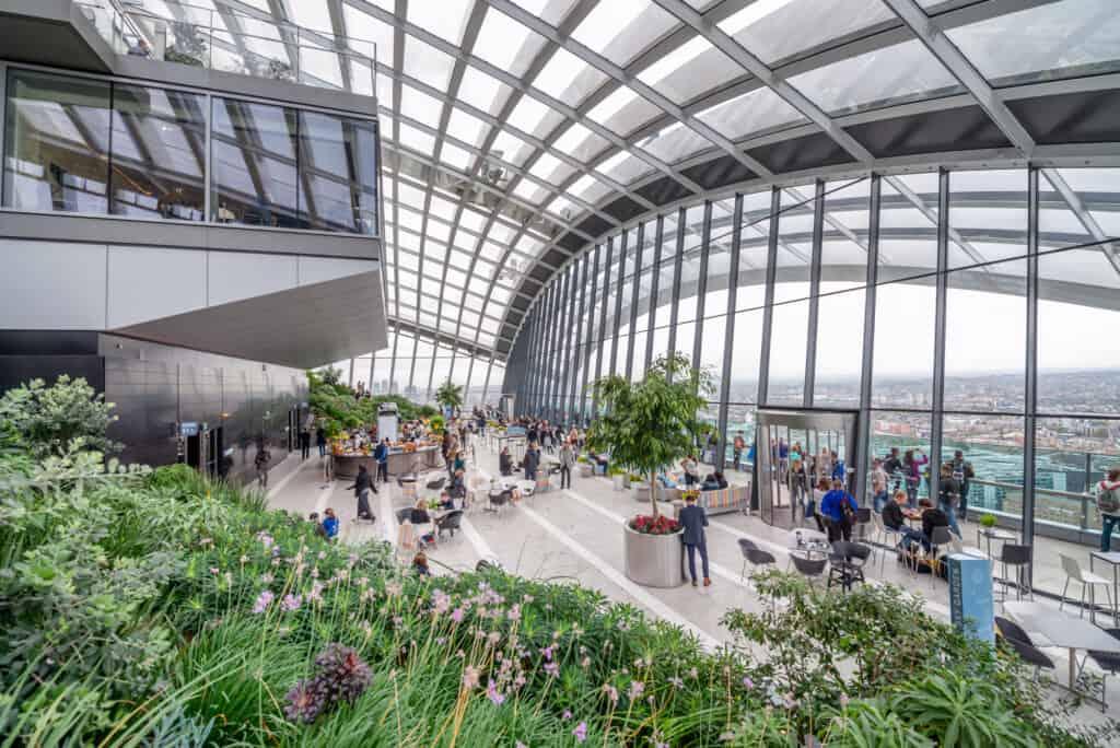de besøgende nyder udsigten fra sky garden i london