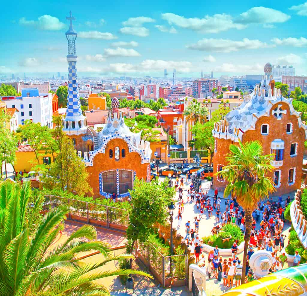 den berømte sommer park güell i barcelona set i sommervejr