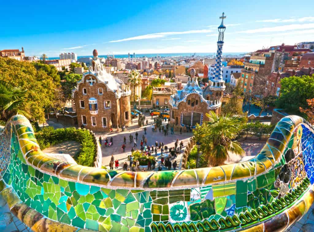 den farverige park güell i barcelona i spanien