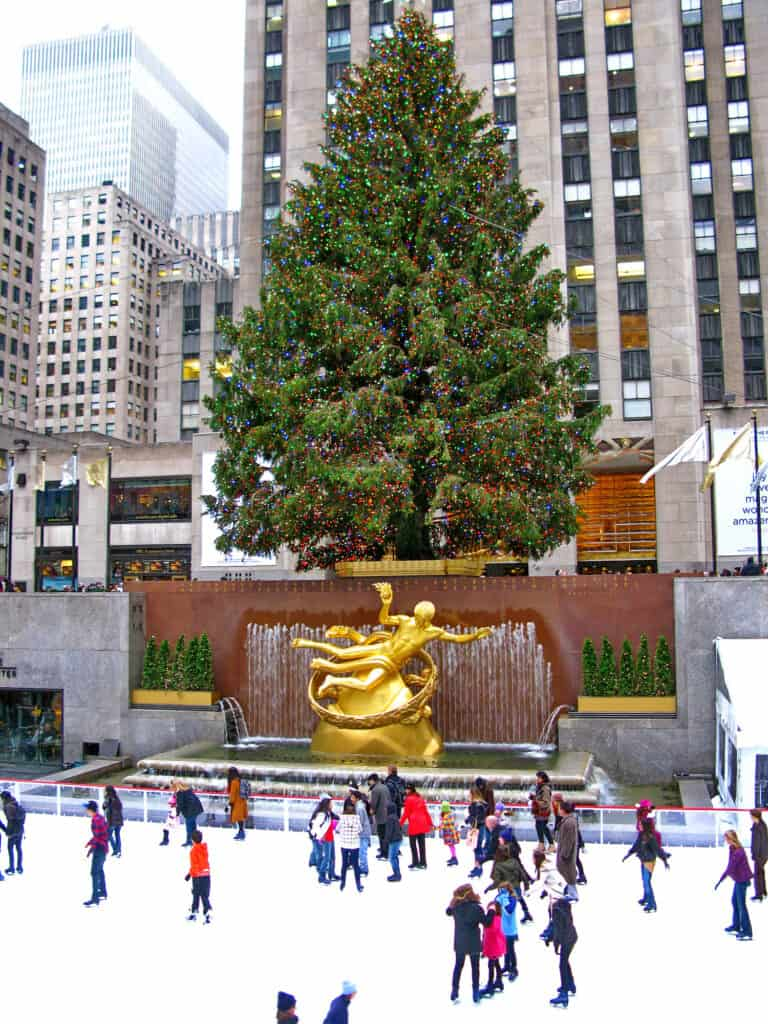 den verdenskendte scene foran rockefeller center med new yorks store juletræ og skøjtebane new york