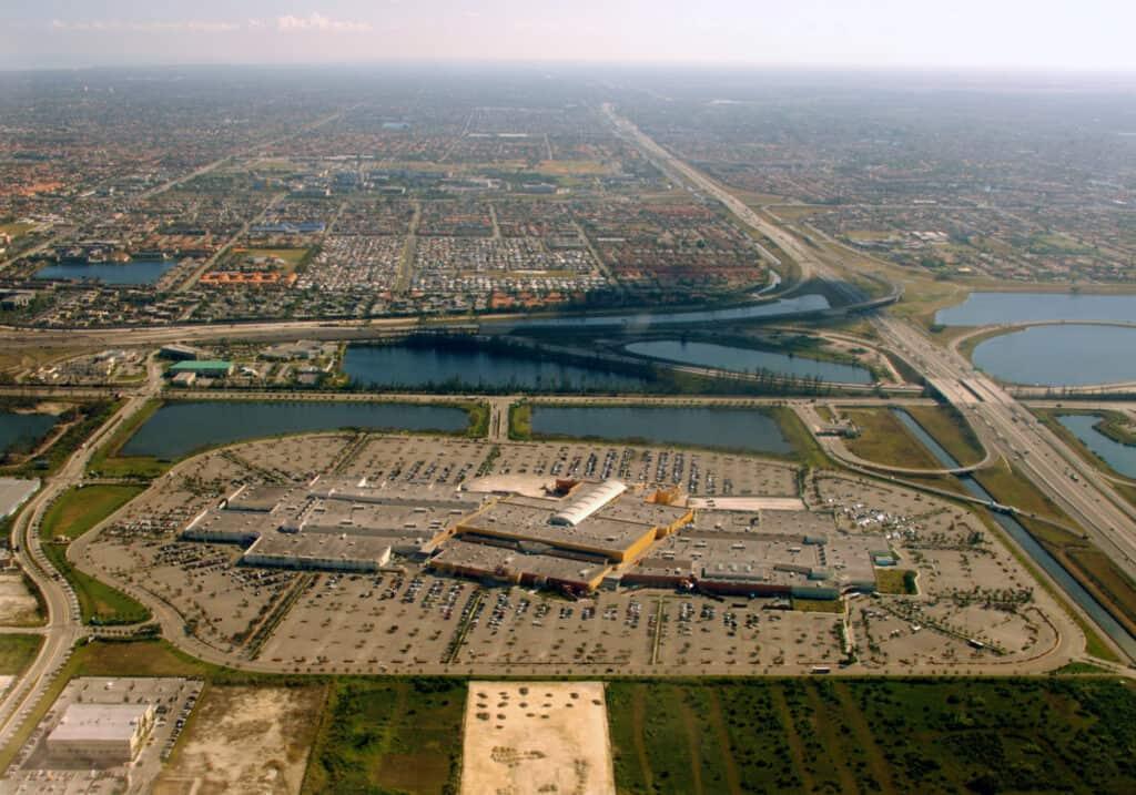 det kæmpestore indkøbscenter dolphin mall i miami florida