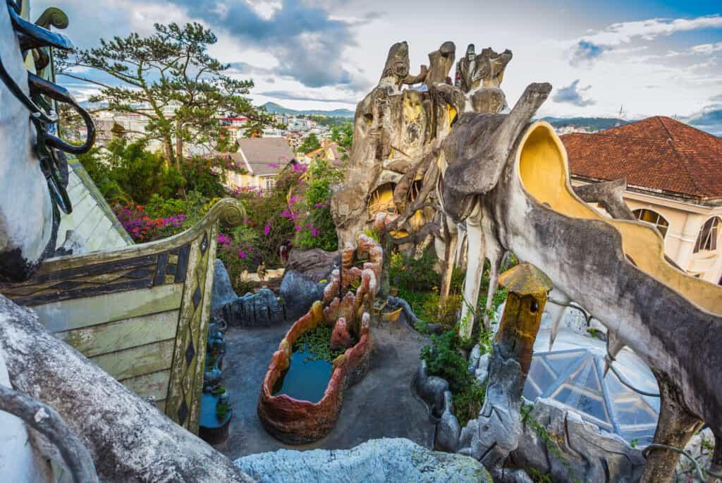 det skøre hjem eller det skøre hus er designet af hang nga og ligger i da lat i vietnam inspireret af gaudi
