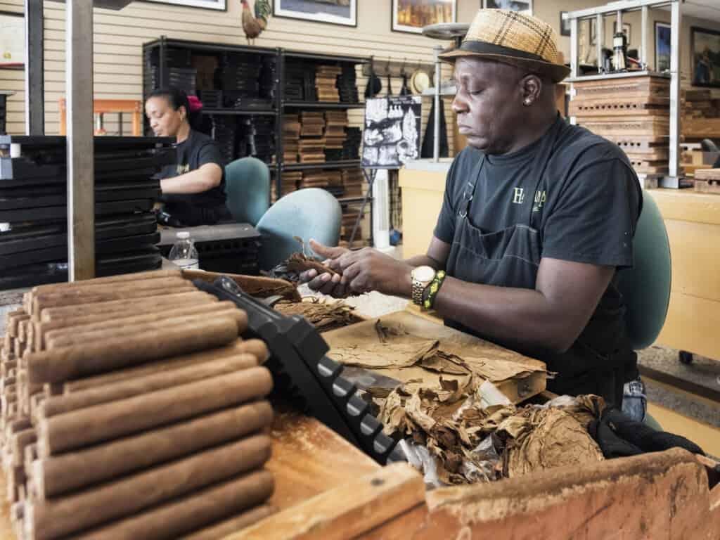 håndrullede cigarer produceres på gaden i little havana i miami florida