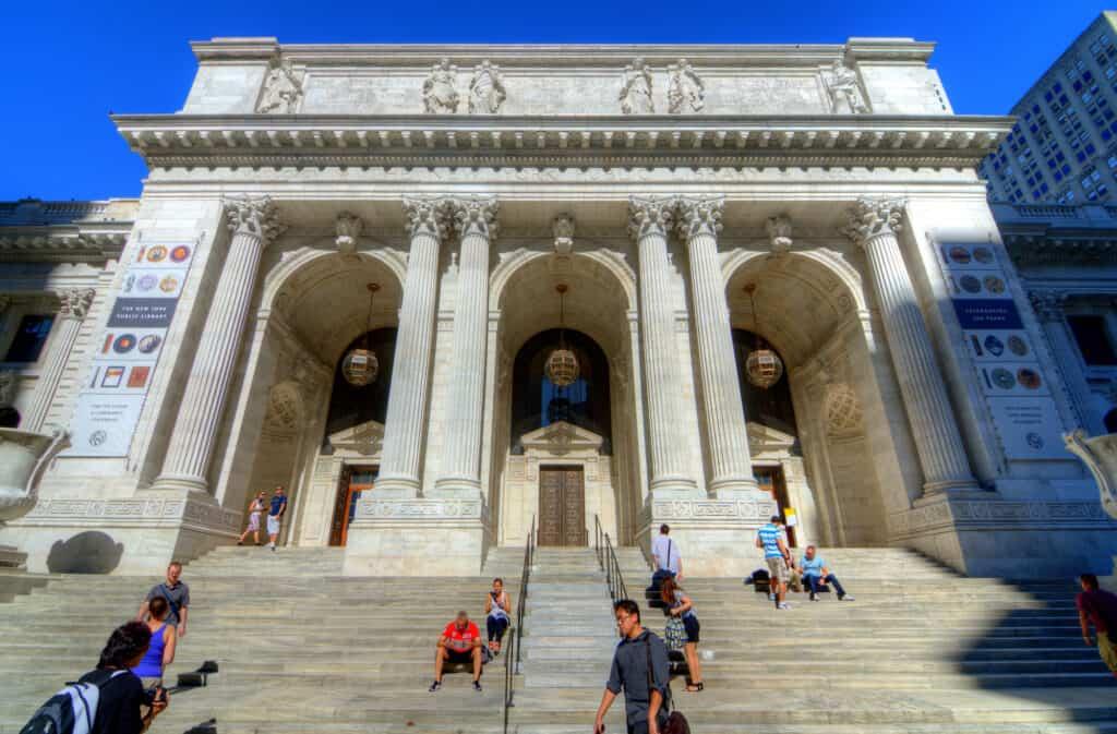 hovedindgangen til det kendte new york city public library
