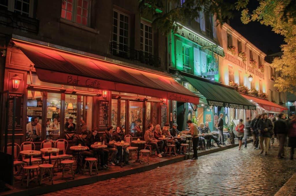 hyggelige aftenstemning i montmartre i paris