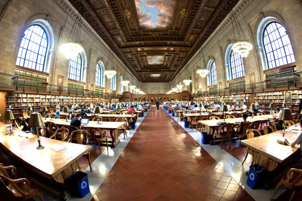 indenfor i det ikoniske new york city public library