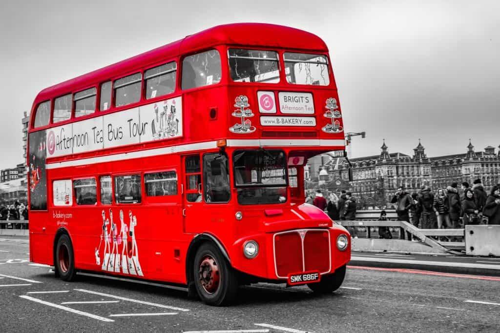 klassisk rød dobbeltdækker bybus i london