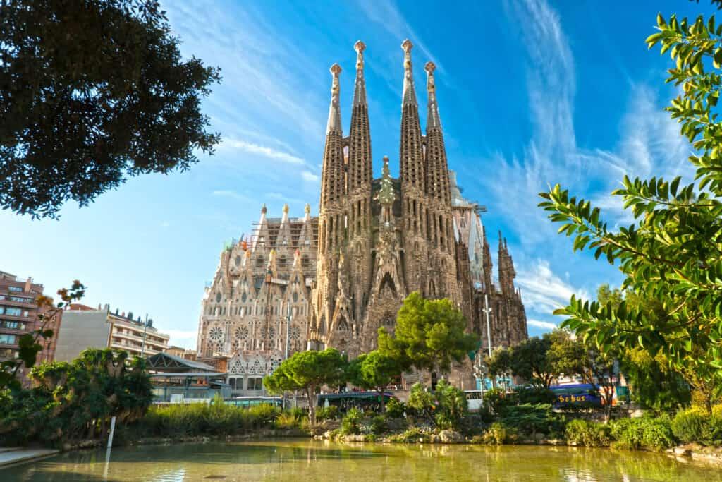 la sagrada familia i barcelona er gaudis mesterværk som endnu ikke er færdigbygget