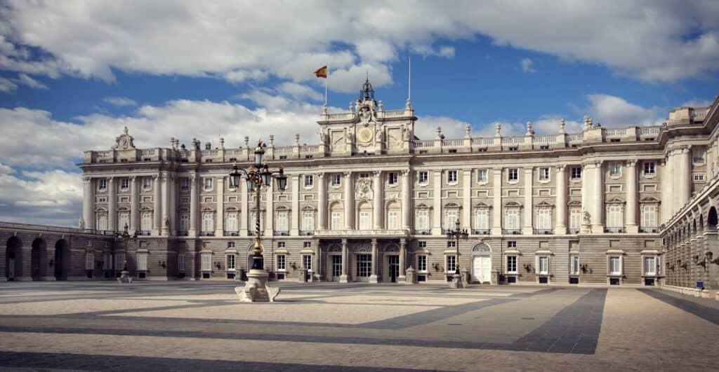 palacio real de madrid er det officielle hjemsted for den spanske kongefamilie og det største royale palads i europa