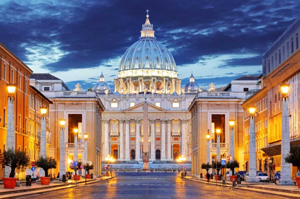 peterskirken i rom set oplyst om natten