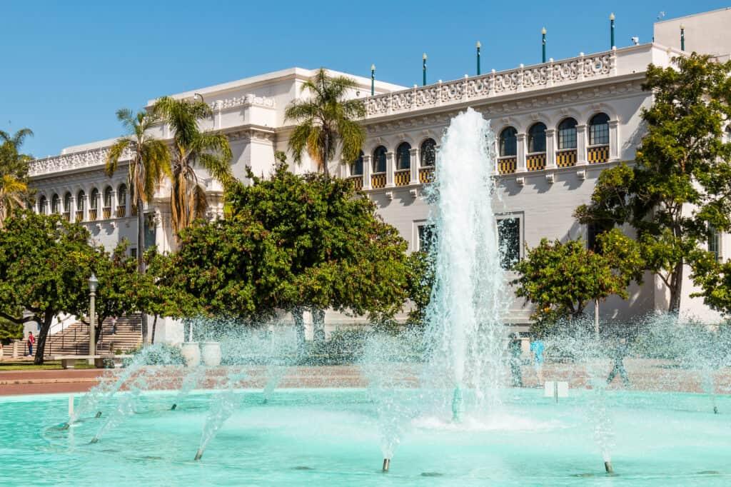 san diego natural history museum med springvandet udenfor ligger i balboa park i san diego