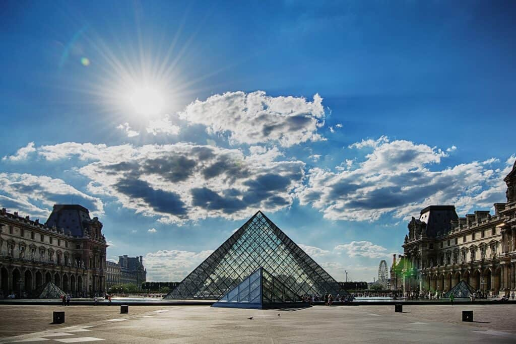 sommerbillede af glaspyramiden ved louvre i paris frankrig