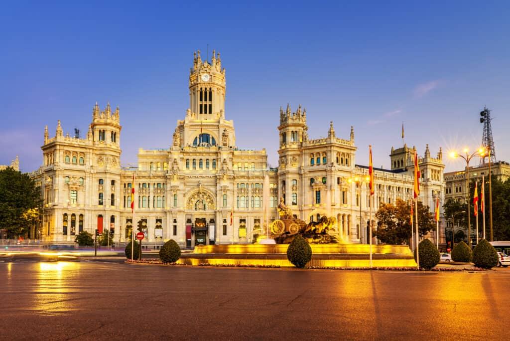 spektakulært billede af aftenbeslysning på plaza de cibeles i madrid