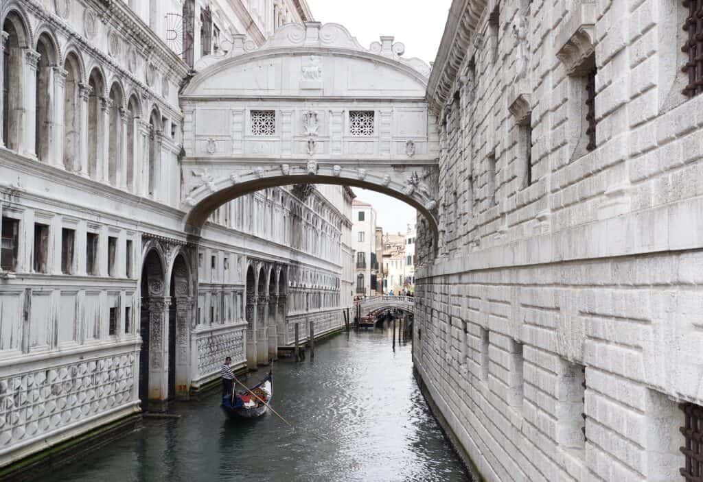 sukkenes bro i venedig italien ved dagslys med en gondol under broen
