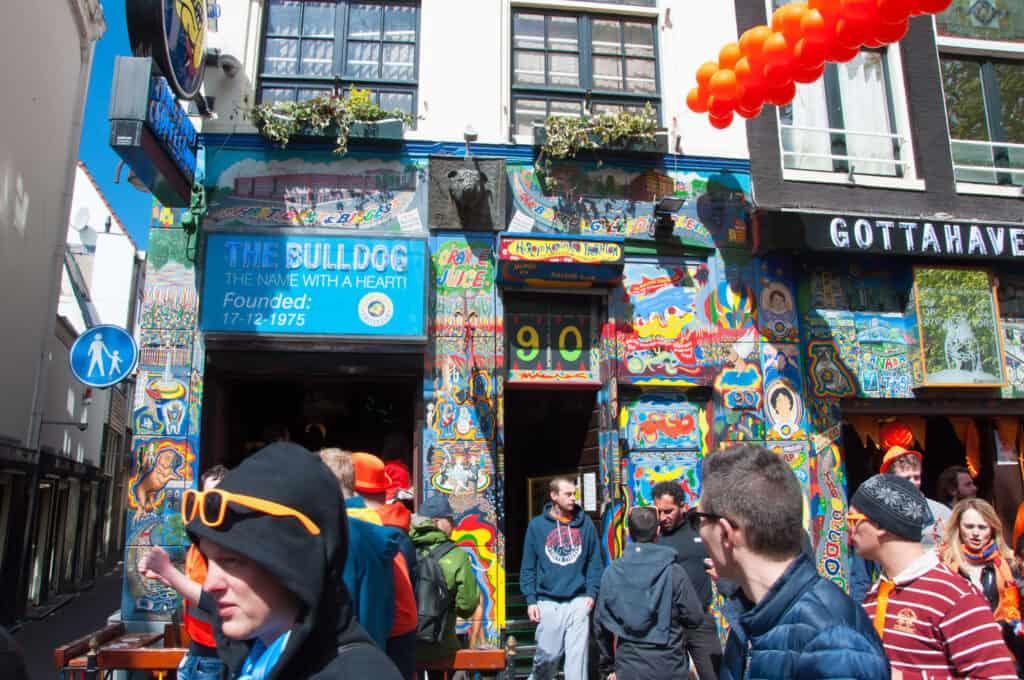 the bulldog en coffee shop i amsterdam hvor man lovligt kan købe hash og andre cannabis produkter