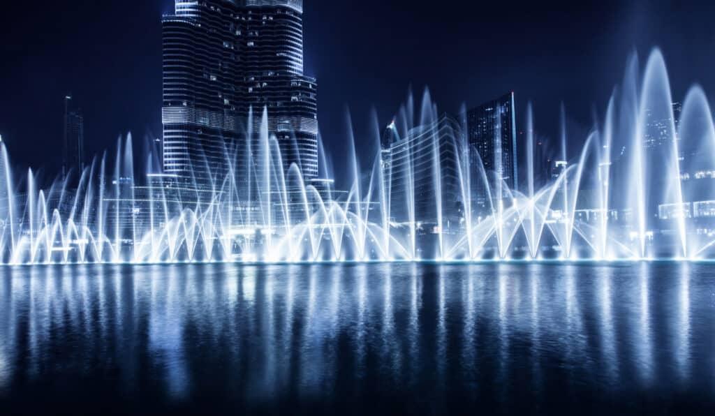 the dubai fountain et koreograferet springvand med musik som vi kender det fra las vegas
