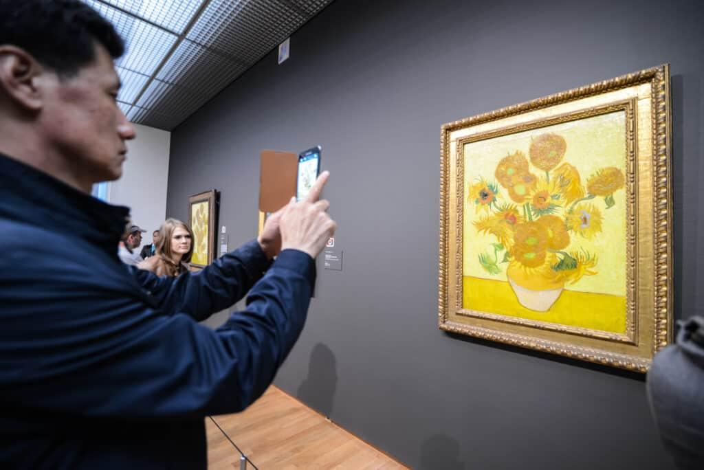turister tager billeder af malerierne på van gogh museet i amsterdam holland