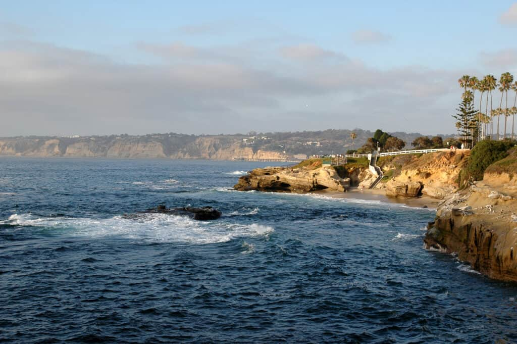 udsigt over klipperne langs den californiske kystlinje ved la jolla i san diego