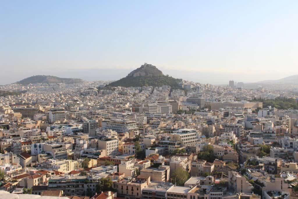 udsigt over lykabettos højen i baggrunden med athen i forgrunden