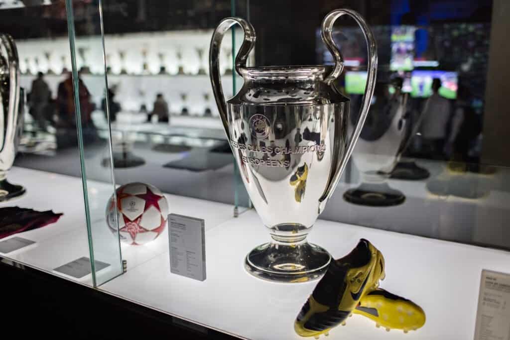 udstillede pokaler og andet på fc barcelona museum ved camp nou stadion