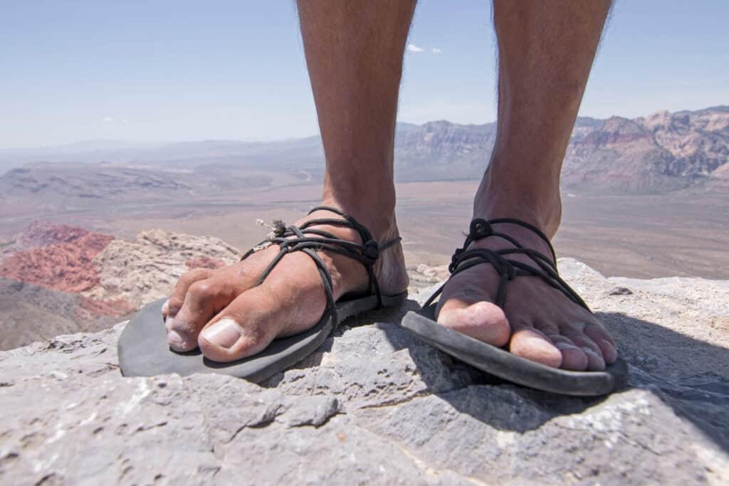 Mand i slidte sandaler paa vandretur